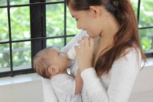 赤ちゃんと目を合わす