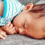 【乳児の窒息】増加している4つの原因と乳児の正しい寝かせ方