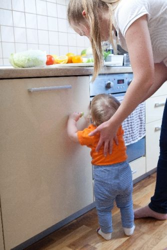 台所に入ってきた赤ちゃん