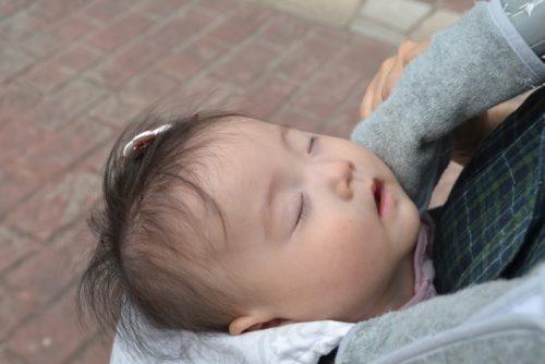 抱っこひもで寝る赤ちゃん