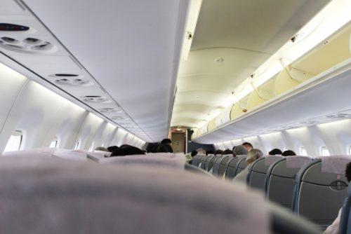 飛行機の後方座席