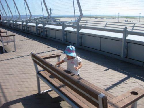 空港で遊ぶ幼児