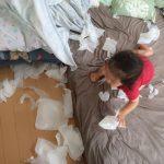 【赤ちゃんがティッシュを玩具にする】ティッシュ遊びを防止できる2つの方法