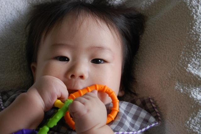 【赤ちゃんの歯固め】必要性と歯固めに最適な3つのおすすめグッズ
