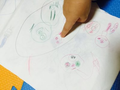 【赤ちゃんの指差しはいつから?】3段階で変化する意味と指差しをしない場合の対処法