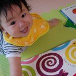 【赤ちゃんに絵本はいつから ?】読み聞かせ始める時期と絵本を読む時の3つの注意点