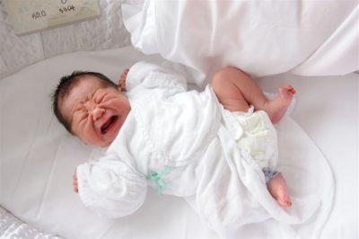 【赤ちゃんが泣くのはいつまで?】1歳までに3回変化する「泣く理由」