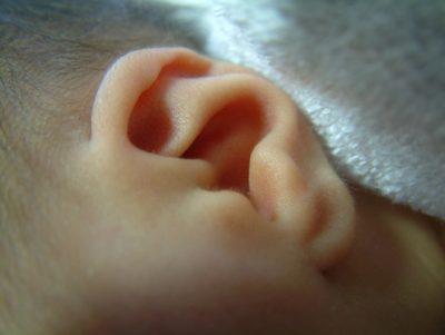 【赤ちゃんが耳を触る】赤ちゃんの場合に考えらえる5つの原因と対処方法